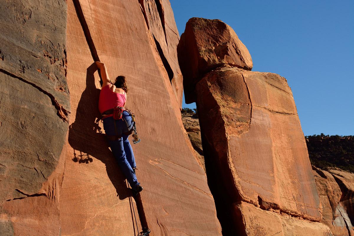 Rosario Toro escalando en el Indian Creek