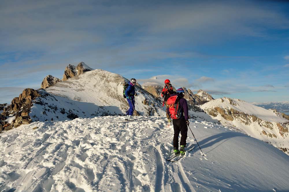 Adam, Luis y Rosario  en la cumbre. Atrás se puede ver el Gand Teton famoso por sus paredes. Foto: Diego Sáez