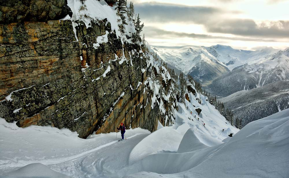 Camino a esquiar Grizzly Bowl, justo atrás Grizzly shoulder y un grupo de esquiadores. Foto: Diego Sáez
