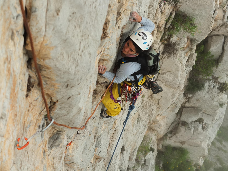 Fernanda Rodríguez escalando Reinas y Reyes en la Huasteca