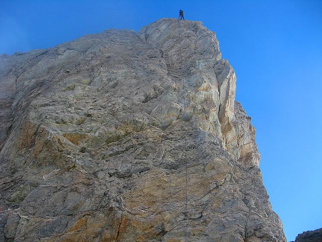Rapeleando del filo somital. Al año siguiente volveríamos y haríamos cumbre.