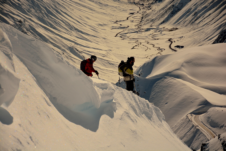 En el trabajo con el Jefe Javier Duran, evaluando condiciones de peligro de  avalancha que inciden en el camino (a la derecha). Río de la Plata. Maule.             Foto: Diego Sáez