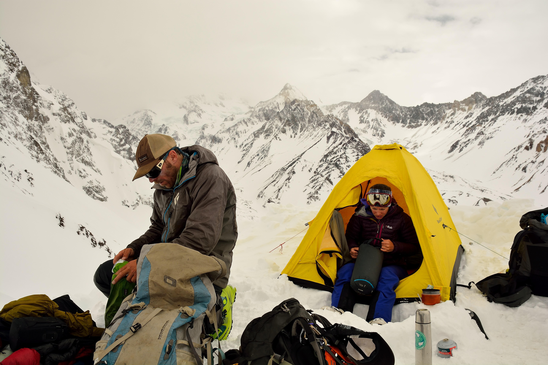 Desarmando el campamento, una carpa para dos, donde dormimos tres, menos mal solo por una noche. Foto: Diego Sáez