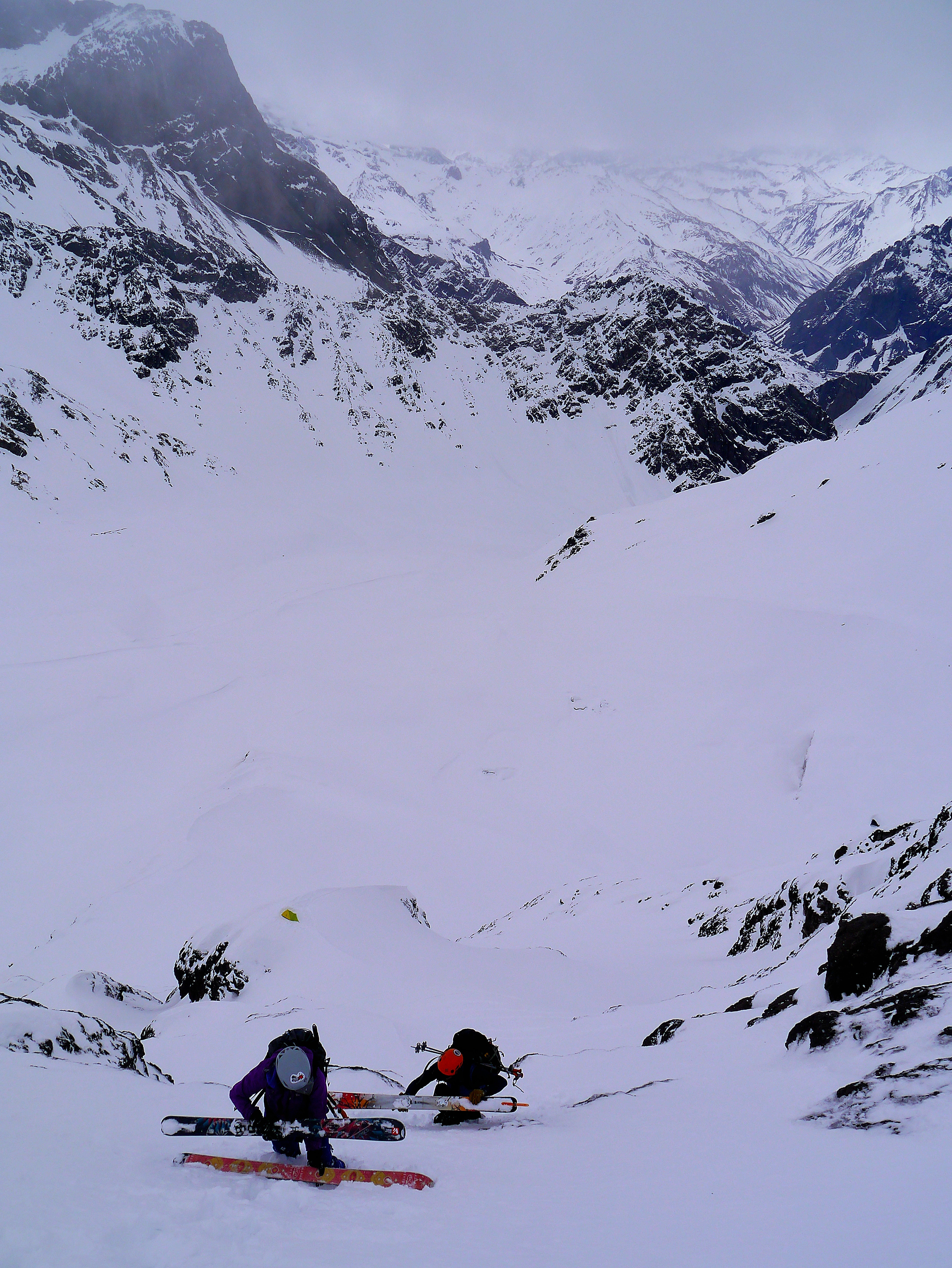 En la foto, Diego Sáez y Rosario subiendo un tramo de pendiente fuerte, abajo el campamento en un filo.                                                                          Foto:Matt Primomo