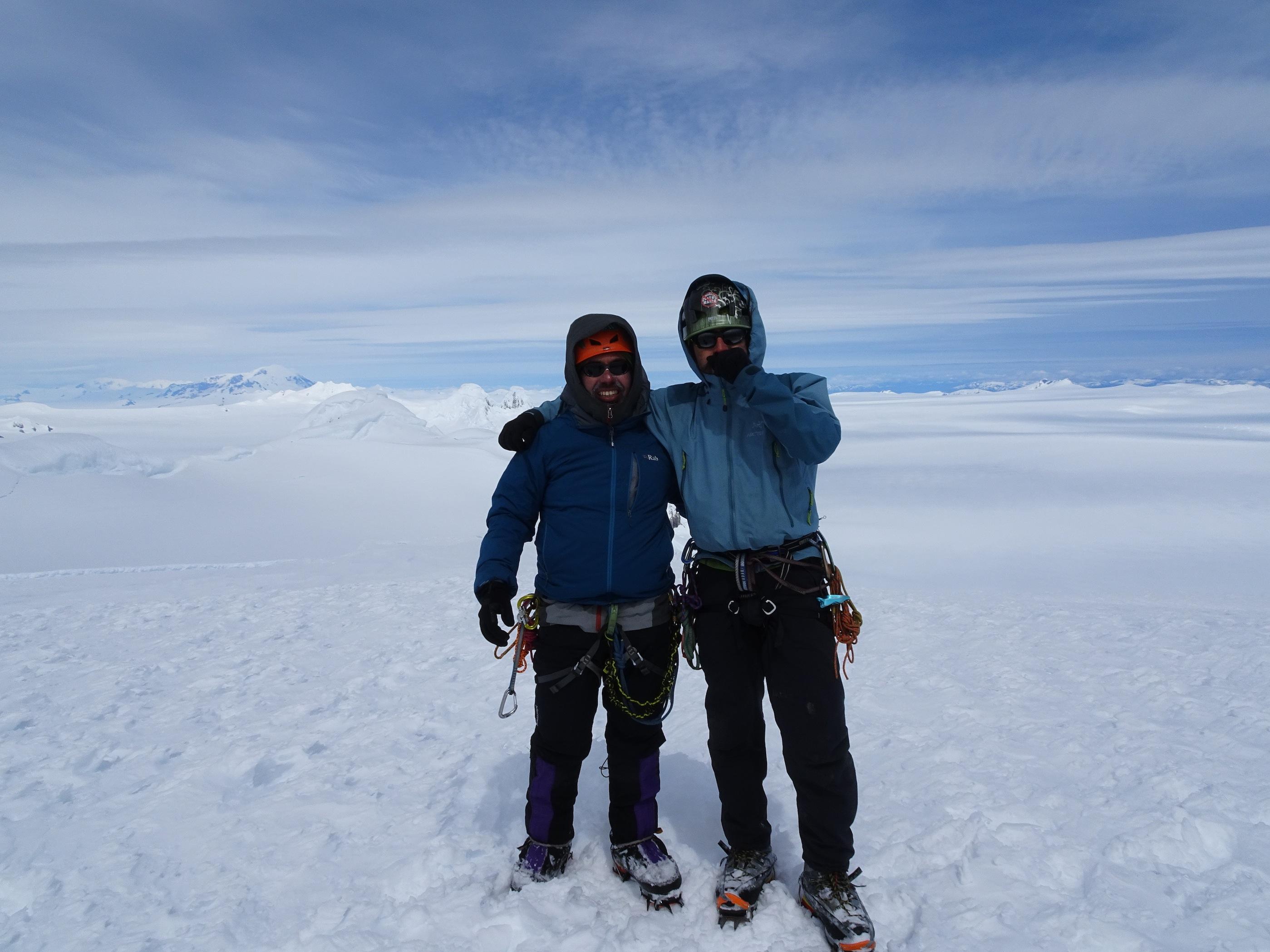 Dario Arancibia junto a Felipe Gonzalez en la cumbre del Cerro Horacio Toro, celebrando su primera ascensión. Foto: Matías Prieto