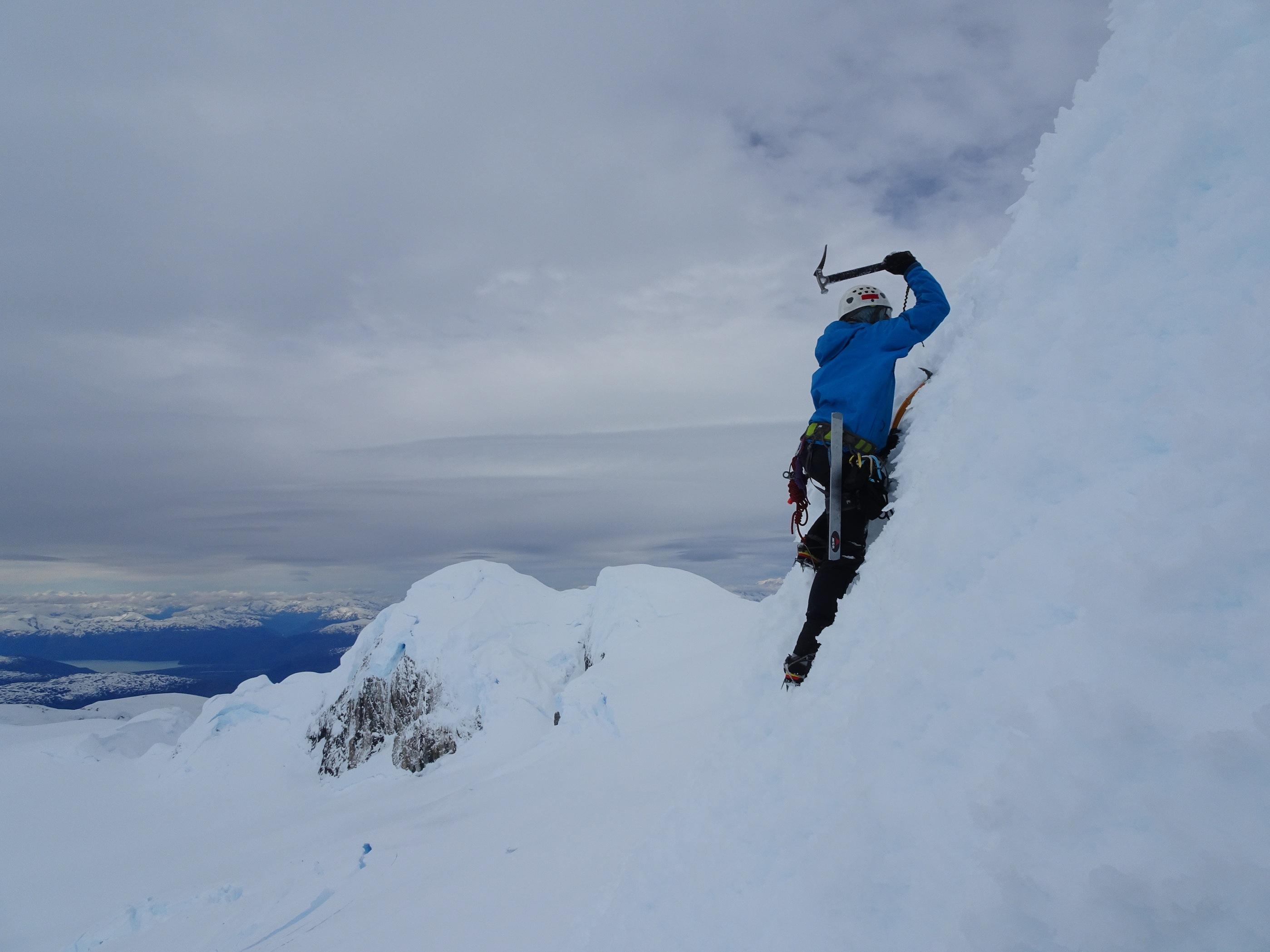 Matías Prieto escalando hacia la cumbre Del Cerro ACGM. Foto: Dario Arancibia