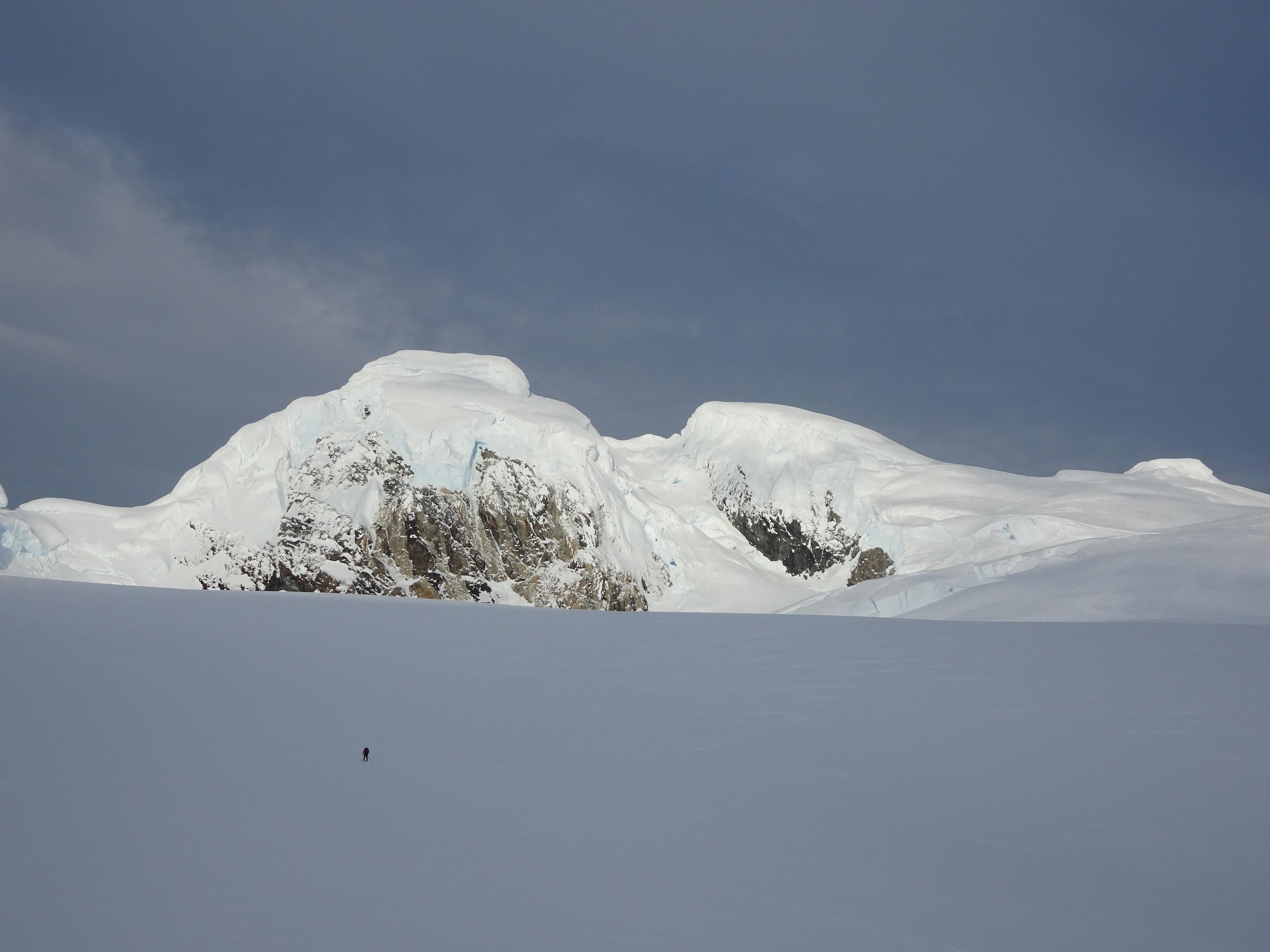 Descendiendo al campamaneto después de realizar las escaladas. El Cerro Horacio Toro de fondo. Foto: Dario Arancibia