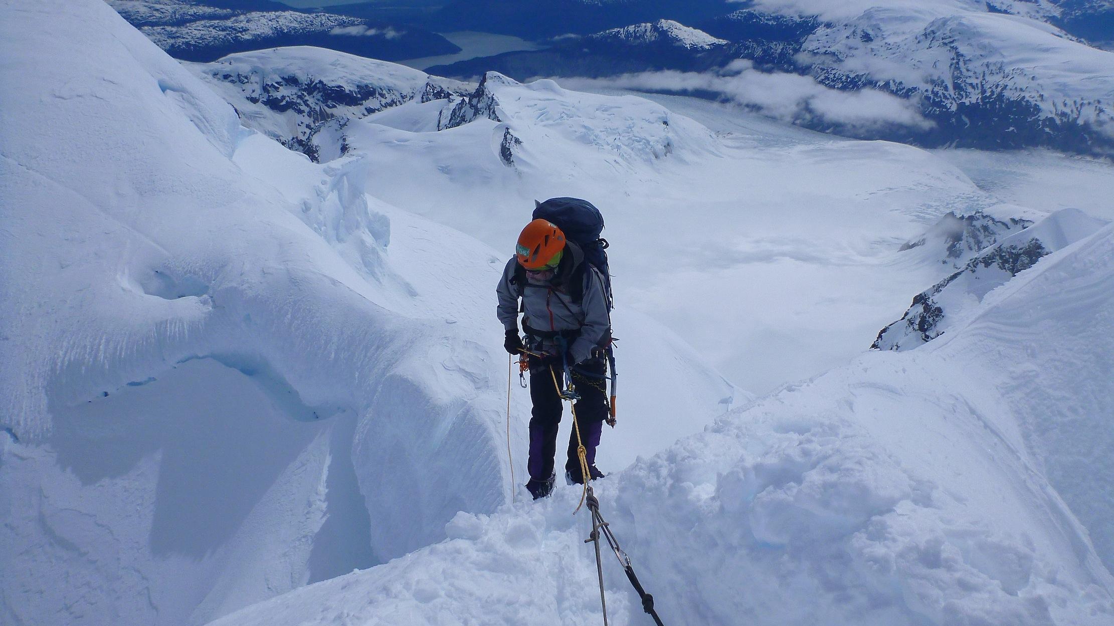Descendiendo la pared de hielo que da acceso a la arista final del cerro Horacio Toro. Foto: Matías Prieto