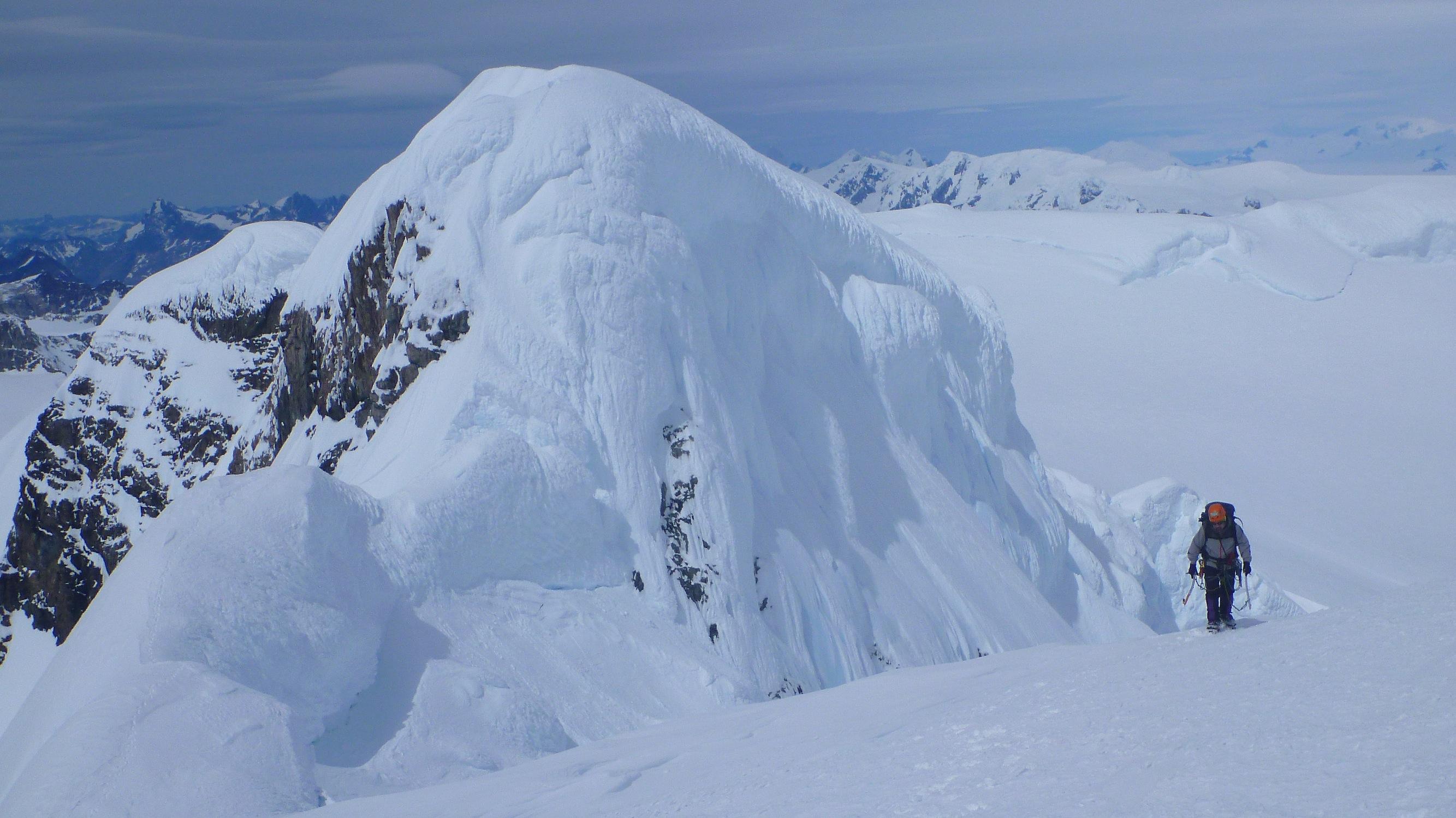 Dario Ascendiendo la pendiente final del Cerro Horacio Toro. Foto: Matías Prieto
