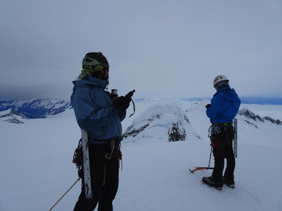 Felipe y Matias en la cumbre Del Cerro ACGM, realizando mediciones para la expedicion. Foto: Dario Arancibia