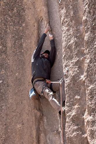 Carlos Ly escalando.