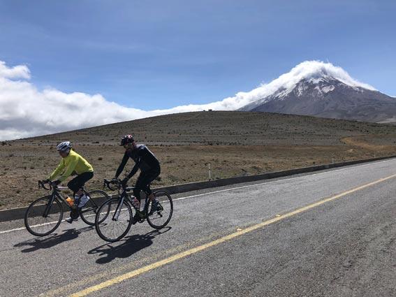 2 ciclistas en la vuelta Master al Ecuador 2018.